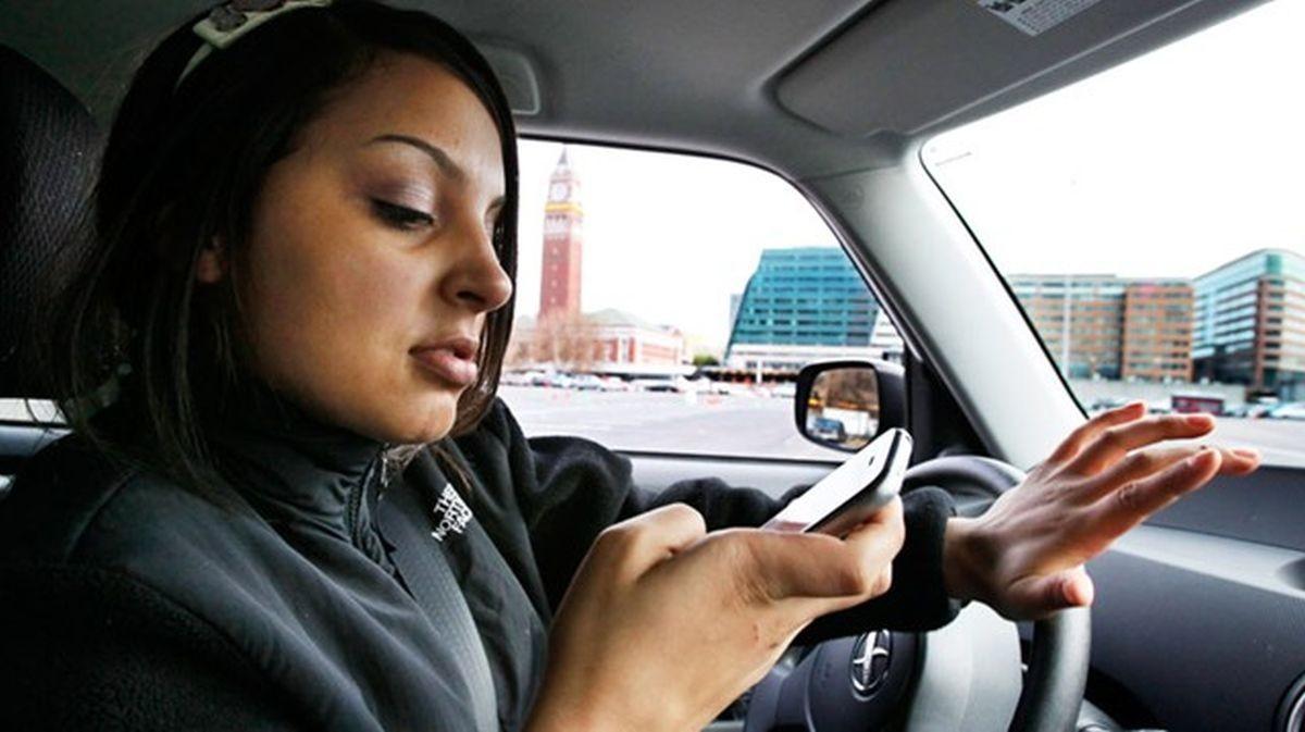 Verbied alle telefoongebruik in het verkeer